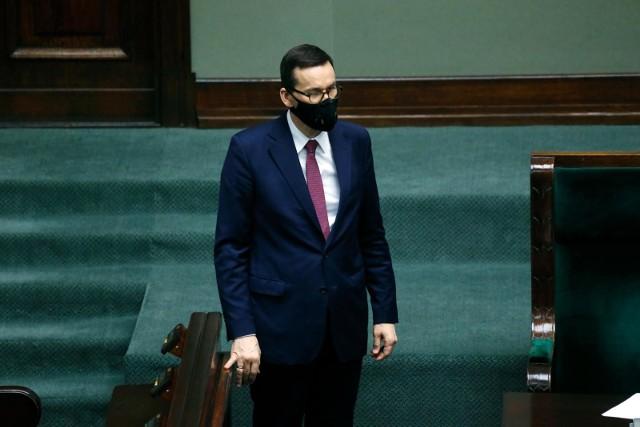 Premier Mateusz Morawiecki zwraca uwagę na pozytywne skutki wprowadzonych restrykcji: Wygrywamy z epidemią! Liczba zakażeń spada!