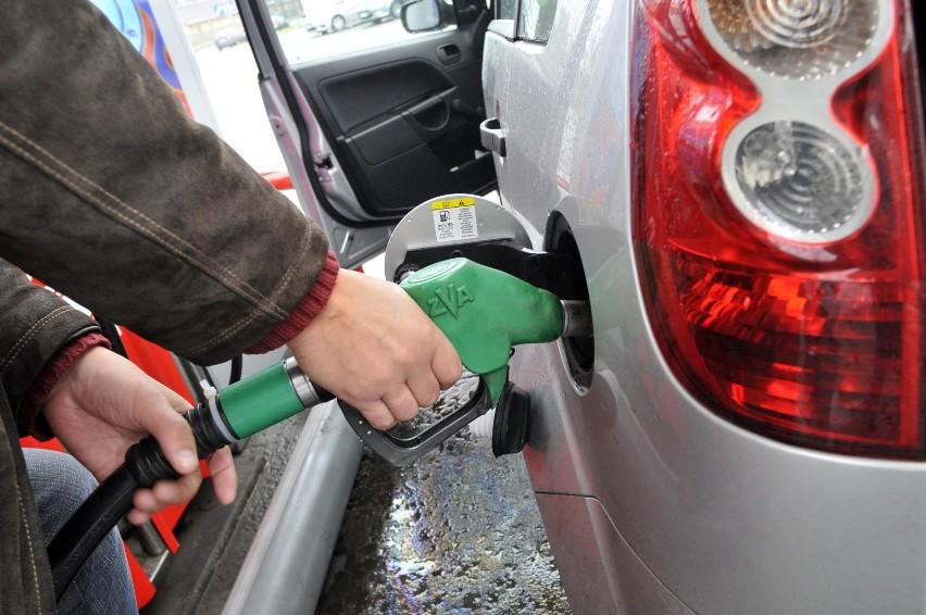 Sprawdziliśmy ceny paliw, a także opłat za drogi w...
