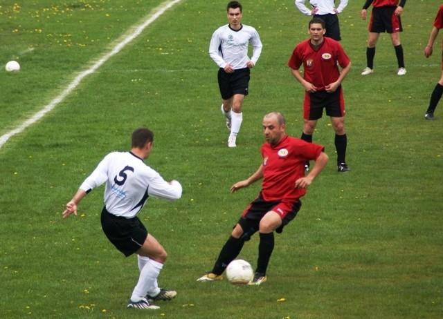 Ikarus Tuszów Nar. - Start Wola M.Lider debickiej okregówki Ikarus Tuszów Narodowy (biale koszulki) wygral u siebie ze Startem Wola Mielecka 1-0.