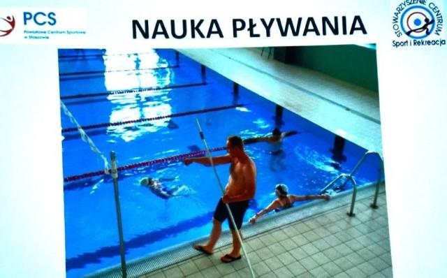 """W staszowskim Powiatowym Centrum Sportowym podsumowano projekt """"W centrum aktywności. Warsztaty sportowo-rekreacyjne"""". Wzięło w nim udział około 100 osób. W jego ramach zorganizowano między innymi zajęcia z nauki pływania."""