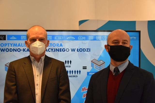 Wojciech Rosicki, sekretarz miasta i Robert Kolczyński, dyr. Departamentu Strategii i Rozwoju UM zapowiadają połączenie dwóch miejskich spółek w jedną.
