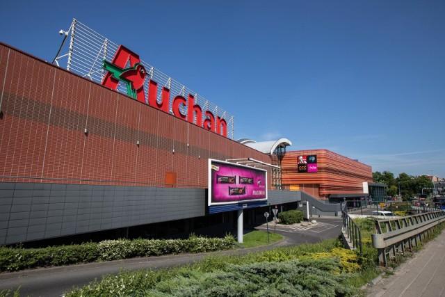 Kasjerki sklepów wielkopowierzchniowych, zgodnie z przepisami, muszą pracować w maseczkach. Związkowcy z Auchan Bydgoszcz zwracają uwagę, że praca w maseczkach przez osiem godzin jest męcząca.