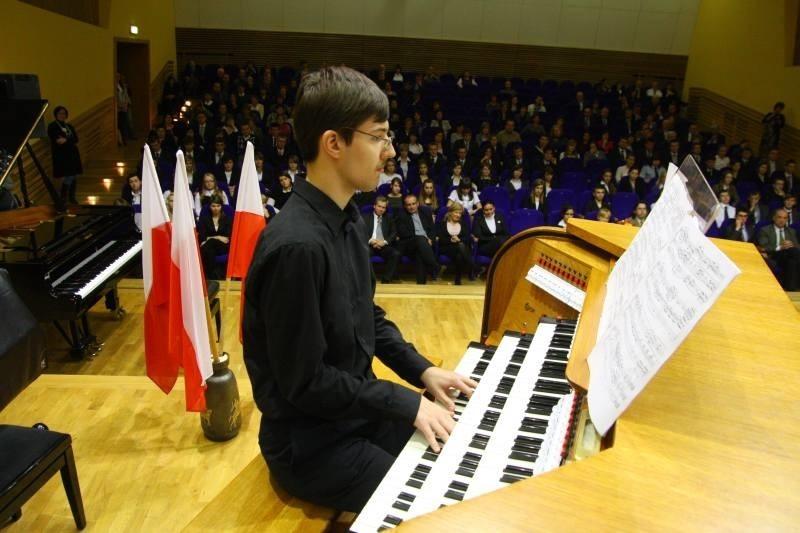 Podczas uroczystości na organach grał Tomasz Bonikowski z III LO w Opolu, stypendysta premiera.
