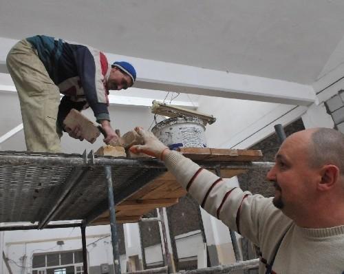 - Nie próżnujemy, więc roboty posuwają się szybko - mówią murarz Zbigniew Tomczak i malarz Sebastian Wawrzyniak (fot. Paweł Janczaruk)