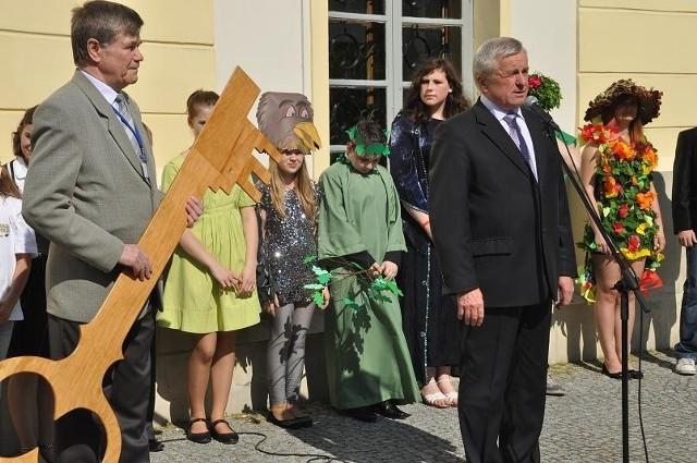 Klucze do bram miasta młodzieży szkolnej przekazał burmistrz Bielska Podlaskiego Eugeniusz Berezowiec (z prawej)