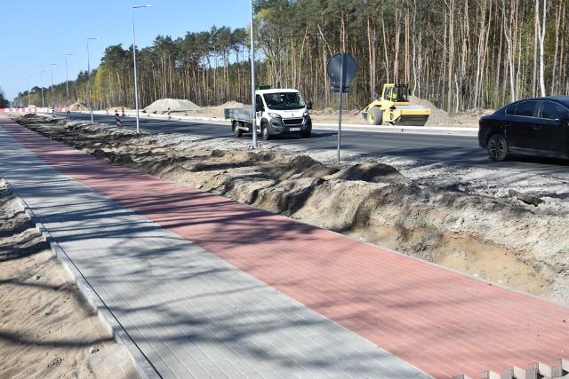 Trwa budowa ronda turbinowego w Białych Błotach, które znacznie poprawi ć ma bezpieczeństwo na ruchliwej drodze wojewódzkiej Bydgoszcz - Białe Błota. Czyli na dojeździe z Bydgoszczy w kierunku trasy ekspresowej S5 i S10. Rozpoczęta w  ub. r.  inwestycja  przebiega sprawnie, a realizuje ją znana z wielu zadań drogowych w regionie firma Kobylarnia S.A. Koszt budowy ogromny - 18,6 mln zł. Ale też zakres robót potężny. Powstaje rondo o średnicy 48 metrów. Długość modernizowanego odcinka drogi wojewódzkiej wyniesie w sumie  700 metrów; szerokość ciągu pieszo-rowerowego - 3,5 m.  Obecnie trwa m.in. budowa północnej jezdni i drogi dojazdowej w kierunku osiedla Miedzyń.  Dojazd do ronda od strony miejscowości Trzciniec  realizował powiat bydgoski. Odbiór całego zadania planowany jest jeszcze  przed wakacjami