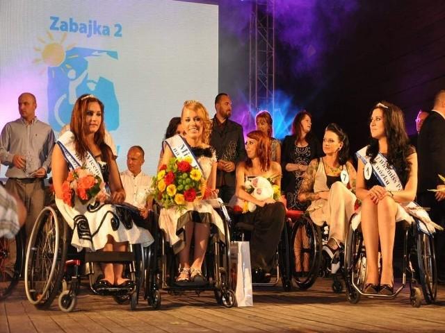 Olga Fijałkowska (w środku), Miss Polski na wózku, z  prawej - Monika Buczyńska, pierwsza wicemiss, z lewej - Weronika Wróbel, druga wicemiss.
