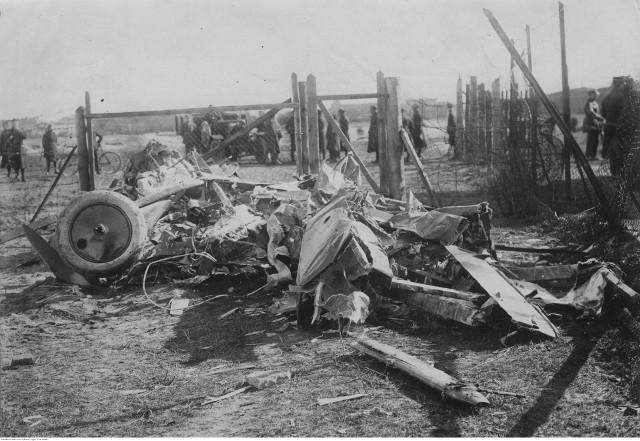 Tyle zostało z samolotu porucznika Eugeniusza Guttmejera, który rozbił się w rejonie toruńskiego lotniska w połowie marca 1926 roku