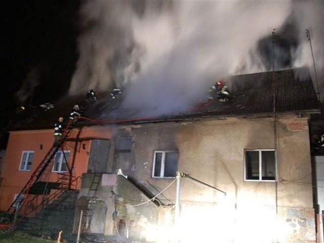 Mimo szybkiej akcji strażaków niewiele udało się uratować. Spłonął niemalże cały dach budynki i mieszkania