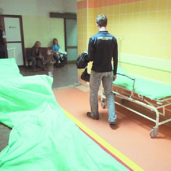 Na takiej kozetce pacjent oddziału ratunkowego Szpitala Uniwersyteckiego w Bydgoszczy spędził siedem godzin.