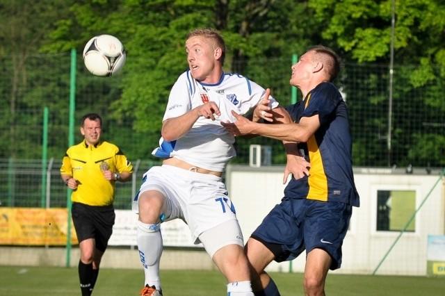 b Piotr Burski (z lewej), który podpisał nową umowę z MKS-em, niemal cały poprzedni sezon leczył kontuzję kolana. Zagrał jednak w sześciu ostatnich meczach łącznie 117 minut i zdobył trzy gole.