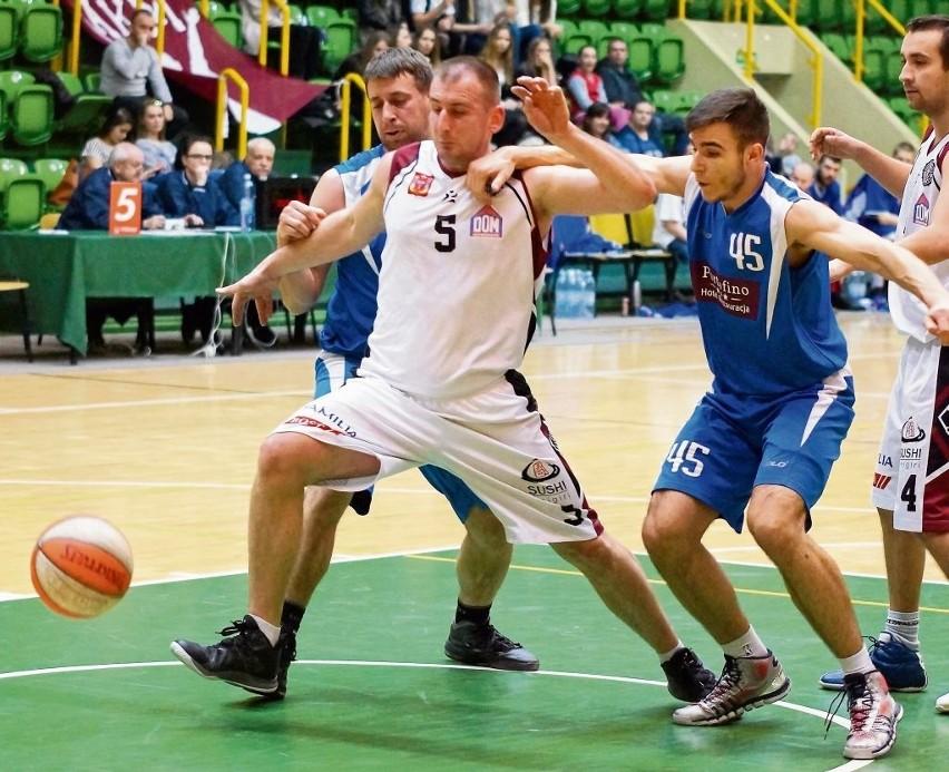 Marcin Majer (nr 5) był często atakowany przez dwóch rywali.
