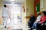 84-letni pacjent zaatakował nożem chorych i pielęgniarkę. Wśród poszkodowanych znany ksiądz