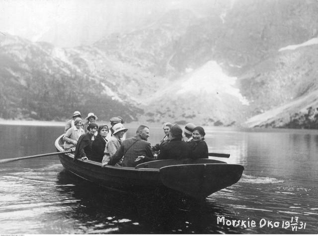Turyści z Warszawy podczas wycieczki łodzią po tafli Morskiego Oka. W roku 1931 było to możliwe, ale stosunkowo drogie. Wcześniej po jeziorze górale pływali z turystami na prymitywnych tratwach zbijanych z sosnowych lub jesionowych bali