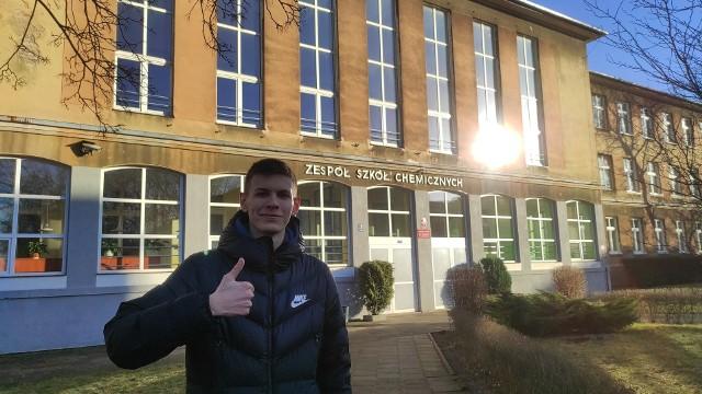 Wiktor Fijołek jest uczniem klasy III P w Zespole Szkół Chemicznych w Bydgoszczy. Kształci się w zawodzie technik grafiki i poligrafii cyfrowej.