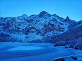 Tatry. Lód załamał się pod turystami na Morskim Oku. TPN: nie wchodźcie na tafle na stawach