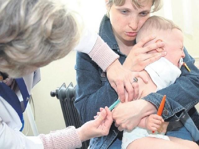 Bartuś dzielnie zniósł szczepienie, bo mama Anna wytłumaczyła mu, że po zastrzyku będzie zdrowy.