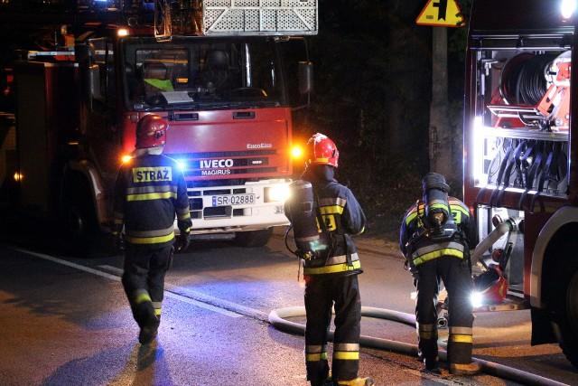 Groźny pożar w Rybniku. Paliło się 14 samochodów