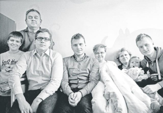Rodzina Szołtysków w komplecie podczas odwiedzin w szpitalu u Pauliny: od lewej Jaś i Maciek, za nimi z tyłu tata Marek, a dalej: Paweł, Paulina, obok niej mama Małgosia, najmłodsza Ania i Marcin, autor tego zdjęcia