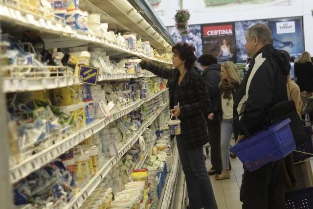 W tym roku, podobnie jak w ubiegłym, w sklepach spożywczych będziemy zostawiać w kasie coraz więcej pieniędzy