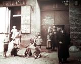 Ostatni tydzień pokoju. Łódź w przededniu wybuchu II wojny. W sierpniu 1939 roku ludzie chodzili do kina, dzieci szykowały się do szkoły...