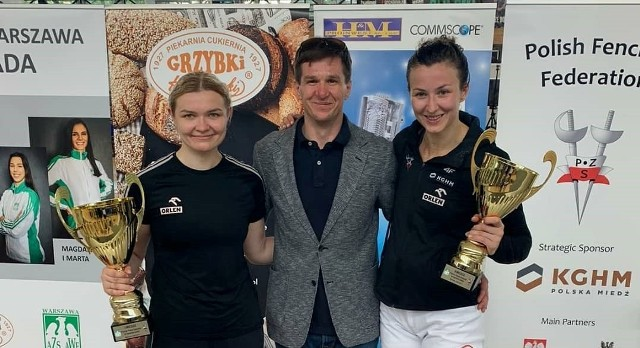 Aleksandra Jarecka z lewej i Renata Knapik-Miazga wraz ze swoim klubowym trenerem Radosławem Zawrotniakiem
