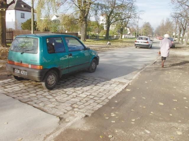 Polwod nie ma pieniędzy na położenie na  ulicy Wiejskiej zerwanego przez siebie asfaltu.