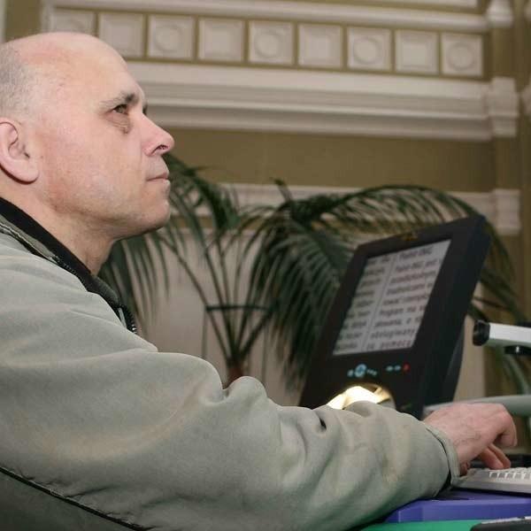 Niewidomy Stanisław Bożek szuka pracy od 13 lat: - Technika tak poszła do przodu, że nawet osoby słabo czy niewidzące mogą korzystać z komputera. Brakuje dobrej woli