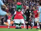 Maskotka Arsenalu jednak nie zostanie zwolniona? Mesut Ozil chce płacić pensję Gunnersaurusa z własnej kieszeni