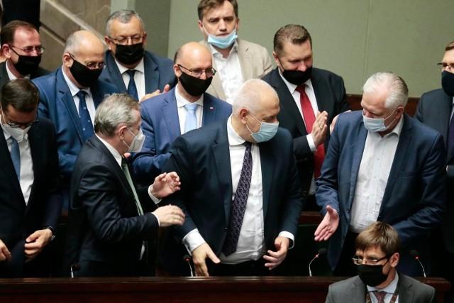 W nocy ze środy na czwartek w Sejmie odbyły się głosowania nad wotum nieufności dla czterech polityków Zjednoczonej Prawicy.