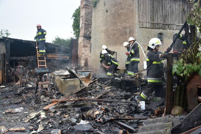 Pożar budynku gospodarczego w Wałdowie (pow. sępoleński). Z ogniem walczyło pięć zastępów straży pożarnej. Straty oszacowano na ok. 50 tys. zł.Strażacy otrzymali zgłoszenie o płonącym budynku o godz. 6:52 w sobotę (10 sierpnia). Ogień wybuchł w drewnianym budynku gospodarczym. - Budynek spłonął doszczętnie - mówi nam kpt. Robert Liss, rzecznik prasowy KP PSP Sępolno Kraj. - Drugi budynek gospodarczy został częściowo nadpalony, ale udało się go uratować.Straty oszacowano na ok. 50 tys. zł.Z ogniem w Wałdowie walczyło pięć zastępów straży pożarnej: dwa zastępy JRG Sępólno, dwa zastępny OSP Kamień Krajeński oraz jeden OSP Wałdowo.- Prawdopodobną przyczyną wybuchu pożaru była nieszczelność przewodu kominowego - informuje kpt. Robert Liss.W pobliżu budynków gospodarczych znajdował się budynek mieszkalny. Na szczęście ogień tam nie dotarł i żadnemu z domowników nie zagrażało niebezpieczeństwo.Akcja została już zakończona.