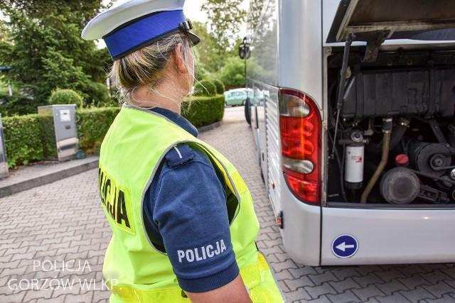 Policjanci oraz inspektorzy transportu drogowego sprawdzają autokary wiozące dzieci i młodzież na letni wypoczynek.