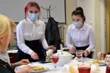 Jak przygotować świętokrzyskie prażoki, pyszne danie fit? Uczniowie kieleckiego ekonomika zgłębiają sztukę kulinarną (WIDEO)