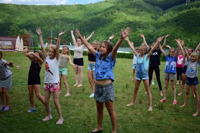 Dzieci na obozie POZYTYWKA w Międzybrodziu Bialskim