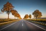 Jak zadbać o bezpieczeństwo na drogach? Barierki i słupki drogowe