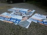 Ktoś pociął banery wyborcze PO. Nagrał go monitoring