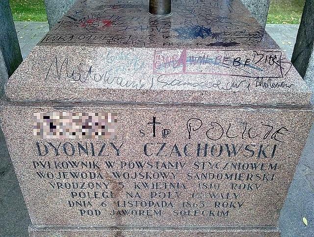 Jeszcze tak w weekend wyglądało Mauzoleum pułkownika Dionizego Czachowskiego zlokalizowanego w sąsiedztwie ulicy Malczewskiego, Wernera i Koszarowej.