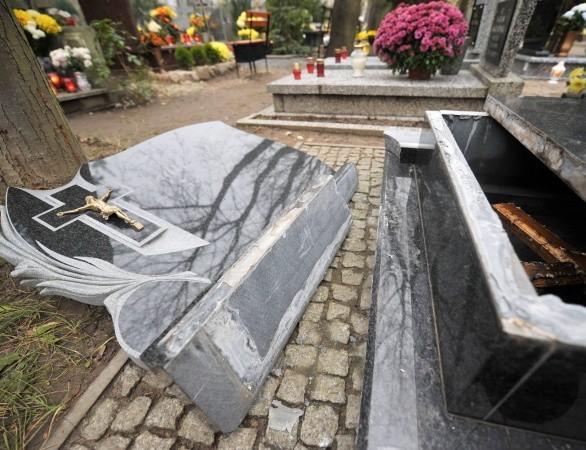 Według naszej Czytelniczki, której mąż reanimował chłopca, zawalona płyta mogła ważyć nawet 150 kg. Dzisiaj wciąż leżała obok grobu.