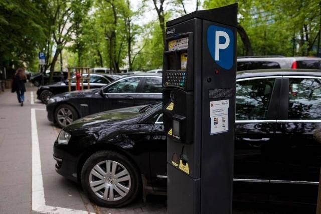 Zdjęcie ilustracyjne. W centrum Tucholi i okolicznych uliczkach będzie można tylko parkować za opłatą