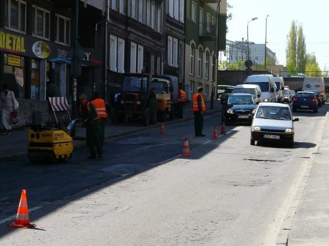 W czasie robót na ulicy Konopnickiej ruch był wahadłowy. Kolejka kierowców oczekujących na przejazd ustawiała się głównie w stronę ulicy I Brygady.