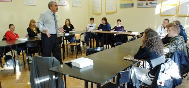Profesor Waldemar Żarski z Uniwersytetu Wrocławskiego jest rektorem PWSZ. Dzisiaj prowadził zajęcia z leksykologii i leksykografii.