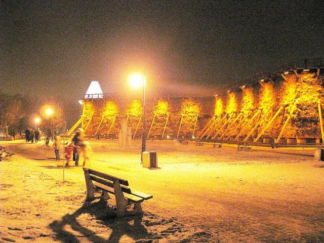 Oświetlone tężnie solankowe w Parku Zdrojowym