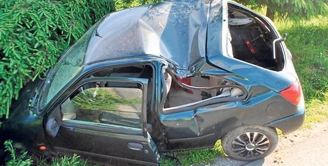 Ford wpadł do rowu, obrócił się i uderzył dachem w drzewo. Rafał J. nie miał zapiętych pasów. Wypadł z samochodu, zginął na miejscu.