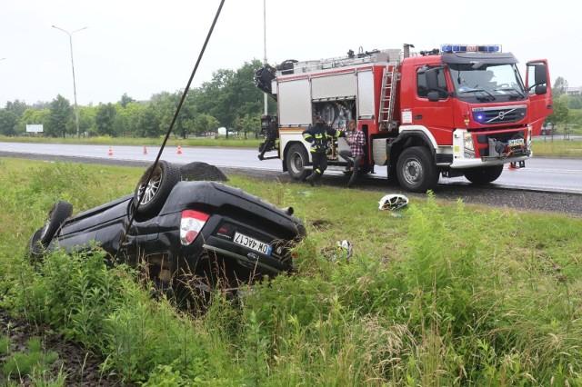 Samochód zjechał z drogi i wylądował na boku w polu kukurydzy.