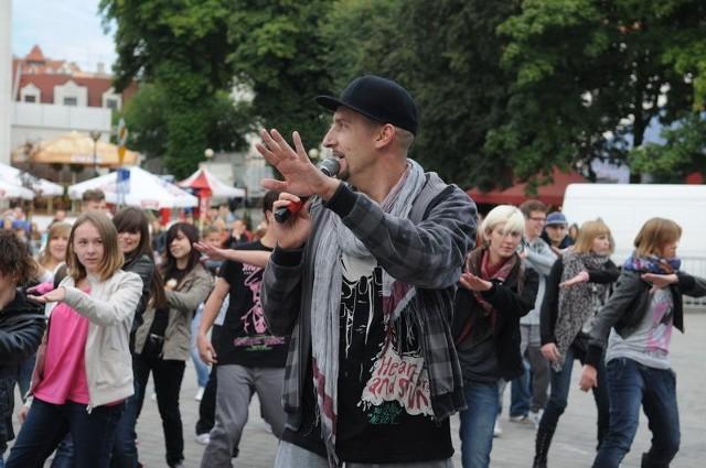 Filip Czeszyk wraz ze swoimi tancerzami z formacji SPOKO poprowadzili dla mieszkańców warsztaty z hip-hopu
