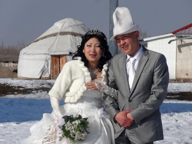 Ile czasu spędziłaś w swoje podróży? I ile czasu zajęło Ci potem spisywanie tych wspomnień? Dlaczego warto sięgnąć po Twoją najnowszą książkę?Rok. W Rosji byłam dwukrotnie z przerwą na pobyt w Chinach oraz podróż po Kirgistanie i Kazachstanie. Podczas swych wojaży spisywałam przygody w notatniku, co zaowocowało moja drugą książką – Rosja poza Rosją. Dlaczego warto po nią sięgnąć? Dlatego, że jest ona dowodem tego, że mimo podobieństw jednoczących narody, mimo rosyjskiej spuścizny jaką możemy odnaleźć poza Federacja Rosyjską, odrębność kulturowa żyje, a wprowadzenie nowego ładu nigdy nie będzie jednoznaczne z przemianą ludzkiej mentalności. Jednocześnie, w ostatnim rozdziale książki, skupiam się na tych aspektach rosyjskości, których nie da się zaszczepić poza krajem, przenieść na inny grunt. Tundra, wulkany, niedźwiedzie – darów natury nie da się skopiować. Dlatego – na przekór tytułowi – warto odnaleźć Rosję w Rosji. Rosja poza Rosją to wachlarz emocji, subiektywnych doznań i przygoda, która mi się przytrafiła naprawdę.