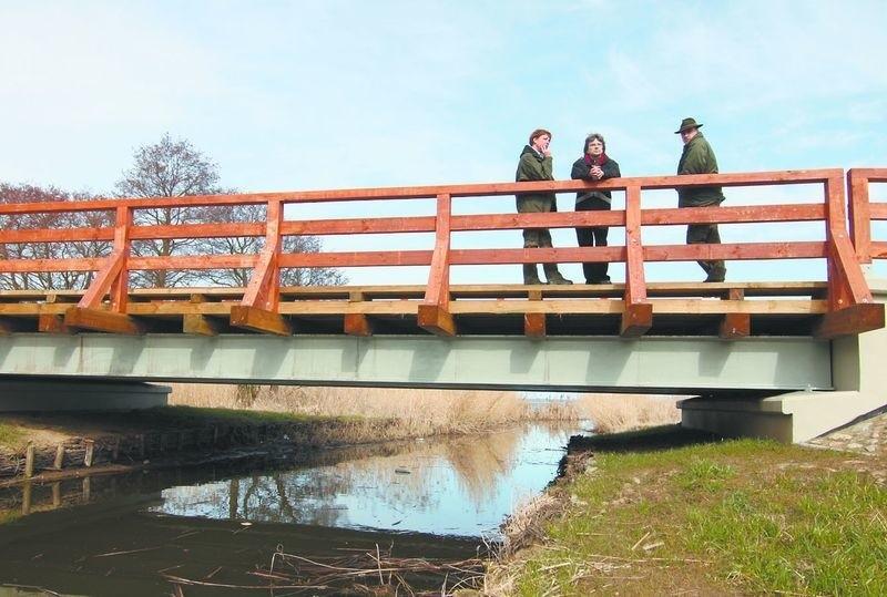 Odbudowane mosty wtapiają się w otaczający krajobraz.