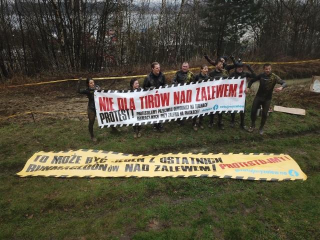 W sobotę 17 kwietnia nad Zalewem w Cholerzynie odbył się pierwszy ekstremalny bieg w tym roku. Sportowemu wydarzeniu towarzyszył happening zorganizowany w ramach protestów przeciwko prowadzeniu na tej trasie obwodnicy drogi wojewódzkiej.