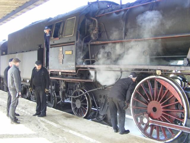 Remonty i bieżące utrzymanie zabytkowych lokomotyw oraz  wagonów kosztuje dzisiaj znacznie więcej niż szynobusów jakie kursują między Wolsztynem a Poznaniem. Czy ruch  turystyczny wystarczy, by pokryć  te  koszty?