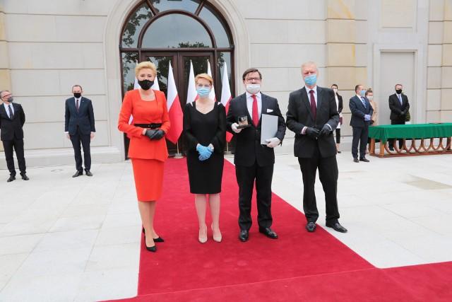 Wyróżnienie, z rąk pierwszej damy Agaty Kornhauser-Duda odebrali osobiście Jarosław Szczupak - prezes zarządu Alstal Grupa Budowlana oraz Brygida Grzegorz - dyrektor finansowy, członek zarządu.